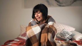 Mujer desesperada que llora en casa en la cama sensación femenina hermosa muy triste almacen de metraje de vídeo