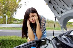 Mujer desesperada que mira el motor quebrado Fotos de archivo libres de regalías