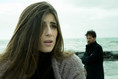 Mujer desesperada triste con el novio enojado que la mira Imagen de archivo