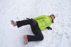 Mujer deslizada en una nieve y un hielo Imagenes de archivo