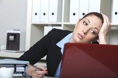 Mujer desmotivada en su escritorio Fotografía de archivo libre de regalías