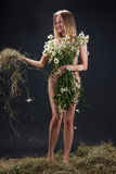 Mujer desnuda con Camomiles Foto de archivo