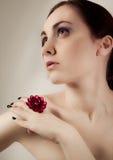 Mujer desnuda hermosa con el anillo que mira para arriba Foto de archivo libre de regalías