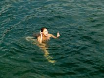Mujer desnuda hermosa en agua Imagen de archivo