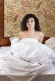 Mujer despertada en cama después de noche agitada Imagen de archivo