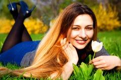 Mujer despreocupada feliz con la flor y la hierba fotos de archivo