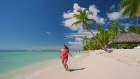 Mujer despreocupada feliz que disfruta de vacaciones de verano en las islas caribeñas Playa tropical con la palmera almacen de video