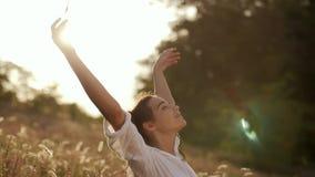 Mujer despreocupada hermosa en los campos que son felices al aire libre metrajes