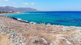 Mujer despreocupada que corre a lo largo de la orilla de mar, Creta, Grecia almacen de video
