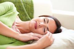 Mujer despreocupada que descansa con sus ojos cerrados Imagen de archivo libre de regalías