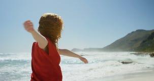Mujer despreocupada que goza en la playa 4k metrajes