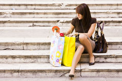 Mujer después de hacer compras Foto de archivo