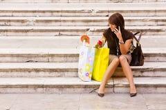 Mujer después de hacer compras Fotos de archivo libres de regalías