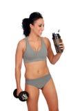 Mujer después de su entrenamiento, sacudida de consumición de la proteína Foto de archivo libre de regalías