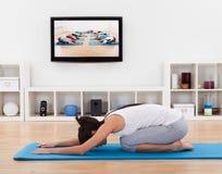 Mujer después de una clase del ejercicio en casa Imagen de archivo libre de regalías
