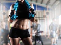 Mujer después del entrenamiento del gimnasio imágenes de archivo libres de regalías