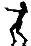Mujer detective atractiva que celebra apuntar el arma Foto de archivo
