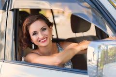 Mujer detrás de la rueda de un coche Foto de archivo