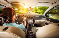 Mujer detrás de la rueda de un coche imagen de archivo libre de regalías