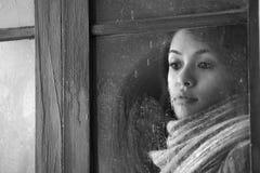 Mujer detrás de la ventana Fotografía de archivo