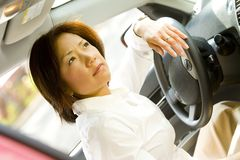 Mujer detrás de la rueda del coche Fotos de archivo