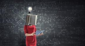 Mujer dirigida libro Concepto de la eficacia del negocio T?cnicas mixtas foto de archivo