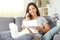 Mujer discapacitada en el teléfono que lee una letra Imágenes de archivo libres de regalías
