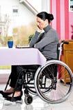Mujer discapacitada en silla de ruedas con la tableta Fotos de archivo