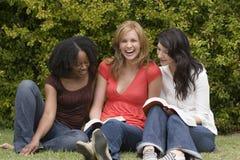 Mujer diversa en una pequeña lectura del grupo Fotografía de archivo libre de regalías