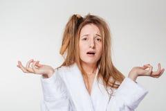 Mujer divertida con el peine en pelo Foto de archivo libre de regalías