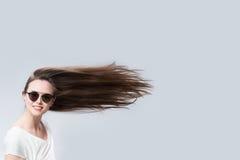 Mujer divertida con el pelo en el viento Foto de archivo