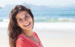 Mujer divertida con el pelo oscuro en la playa Foto de archivo libre de regalías
