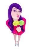 Mujer divertida con el pelo púrpura y las piruletas coloridas aislados encendido Foto de archivo