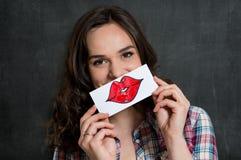 Mujer divertida con la muestra de los labios foto de archivo libre de regalías