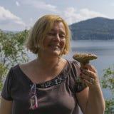 Mujer divertida con la seta Imagenes de archivo
