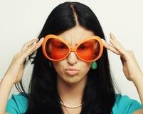 Mujer divertida con las gafas de sol anaranjadas grandes Fotos de archivo libres de regalías