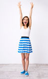 Mujer divertida con las manos aumentadas para arriba Imagen de archivo libre de regalías