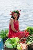 Mujer divertida con las verduras en un barco Fotos de archivo libres de regalías