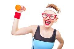 Mujer divertida con pesa de gimnasia Imagen de archivo