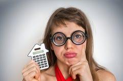 Mujer divertida de la escuela del friki o del empollón con la calculadora Foto de archivo libre de regalías
