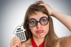 Mujer divertida de la escuela del friki o del empollón con la calculadora Imágenes de archivo libres de regalías