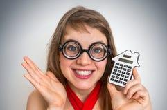 Mujer divertida de la escuela del friki o del empollón con la calculadora Imagen de archivo libre de regalías
