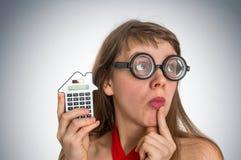 Mujer divertida de la escuela del friki o del empollón con la calculadora Foto de archivo