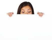Mujer divertida de la muestra de la cartelera Fotos de archivo libres de regalías