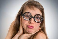 Mujer divertida del empollón o del friki con la expresión sexual en cara Fotos de archivo libres de regalías
