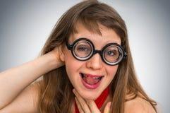 Mujer divertida del empollón o del friki con la expresión sexual en cara Fotos de archivo