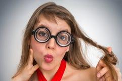 Mujer divertida del empollón o del friki con la expresión sexual en cara Foto de archivo libre de regalías