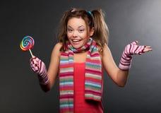 Mujer divertida en bufanda rayada Imagen de archivo