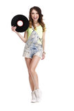 Mujer divertida feliz con el disco de vinilo que lame a su Li Fotos de archivo