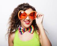 Mujer divertida joven con las gafas de sol anaranjadas grandes Fotografía de archivo
